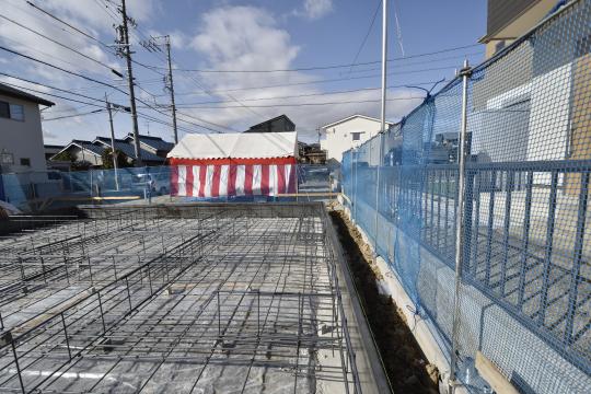 東浦町石浜青木4LDKのベタ基礎と北側隣家との境です。