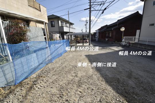 東浦町石浜青木4LDKの道路付きです。
