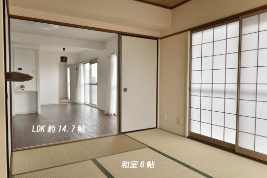 真栄マンション東刈谷601号室の和室からリビングを眺めました。
