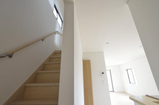 キッチン脇に階段