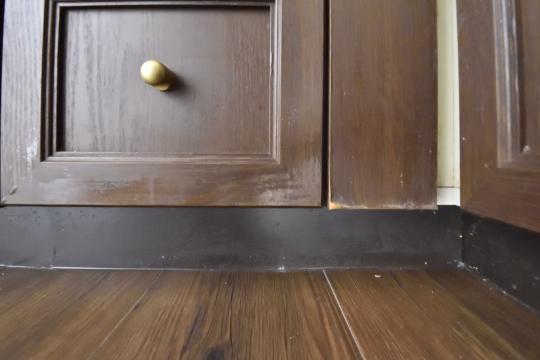真栄マンション東刈谷601号室のキッチン下収納は扉が剥げています。