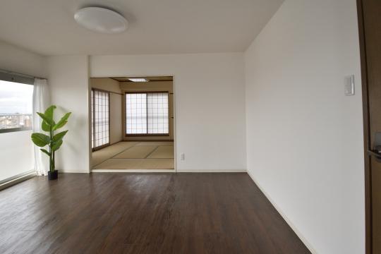 真栄マンション東刈谷601号室のリビングと和室の位置関係が分かります。