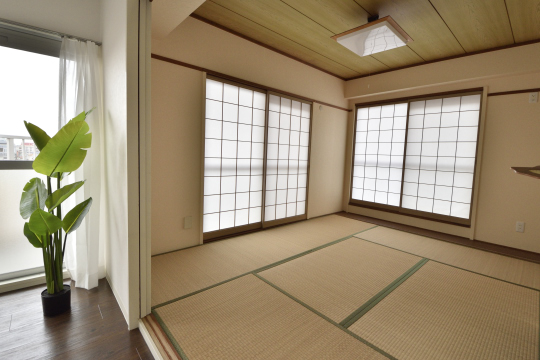 真栄マンション東刈谷601号室の和室の採光窓は2面です。