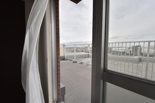 真栄マンション東刈谷601号室の洋室7.9帖は風が良く通ります。
