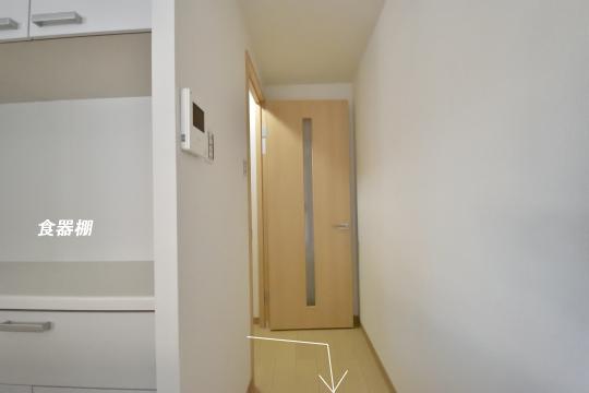 ユーハウス第二刈谷2B号室の廊下からキッチンへの動線。