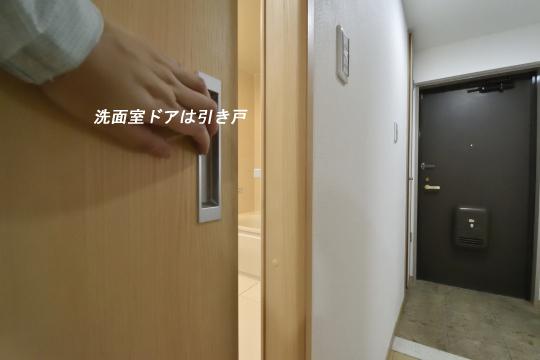 ユーハウス第二刈谷2B号室の洗面室ドアは引き戸です。