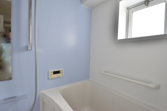 真栄マンション東刈谷601号室の浴室には窓があります。