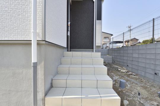 大府市桃山町1丁目3号棟の玄関アプローチは階段5段ございます。