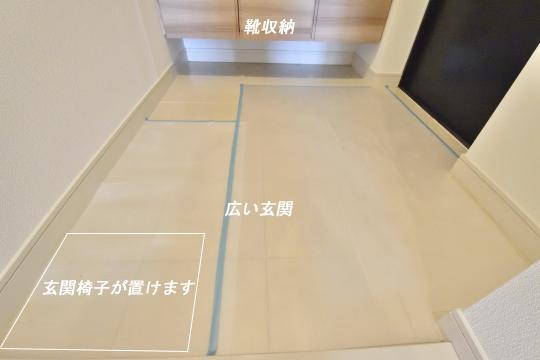 アトレ東刈谷グリーティングコートの玄関にスツールを置けるスペースがあります。