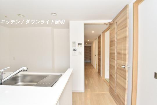 アトレ東刈谷グリーティングコートのキッチン照明はダウンライト。