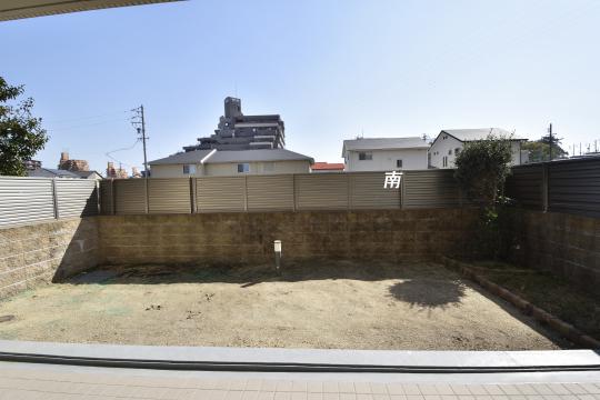アトレ東刈谷グリーティングコートの庭は土が出ています。