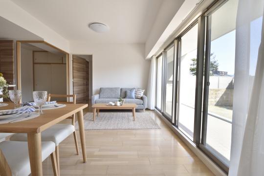 アトレ東刈谷グリーティングコートのリビングには家具があります。