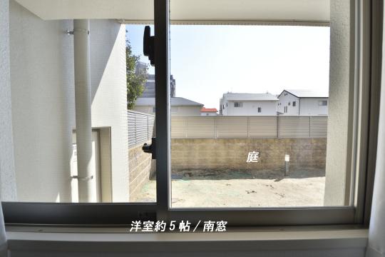 アトレ東刈谷グリーティングコートの洋室窓からの庭。