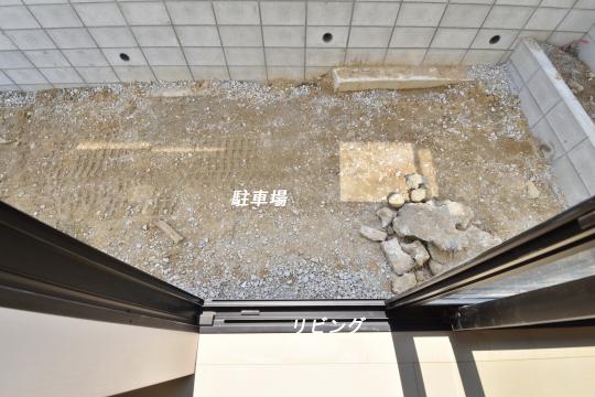 大府市桃山町1丁目3号棟の基礎は高いため、リビング掃き出し窓から駐車場へは出入りできません。