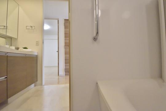 アトレ東刈谷グリーティングコートの浴室から洗面台を眺めた図。