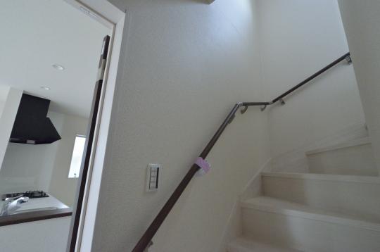 手摺り付階段で2階へ