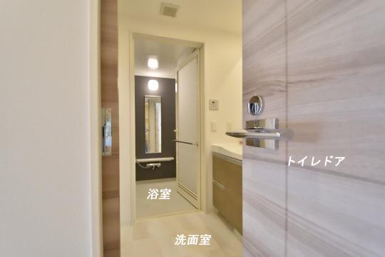 アトレ東刈谷グリーティングコートのトイレから洗面室を眺めた図。