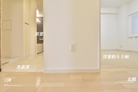 アトレ東刈谷グリーティングコートの廊下に3口コンセントあります。