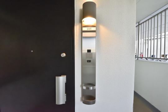 アトレ東刈谷グリーティングコートの玄関ドアの照明。
