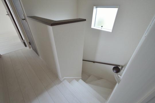 手摺り付階段で下ります