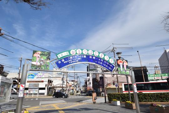 知立駅北口の門は緑色です。
