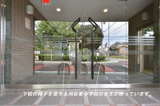 グローリアス刈谷山池公園エントランス扉に刈谷東中学校の先生が映っています。