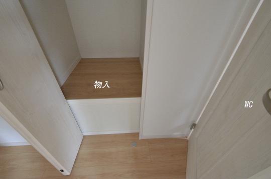 二階ホールに物入