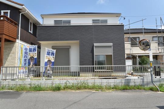 東浦町石浜青木2号棟のバルコニーに陽が良く当たっています。