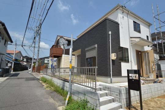 東浦町石浜青木の南西角地の新築戸建は間もなく完成の様子