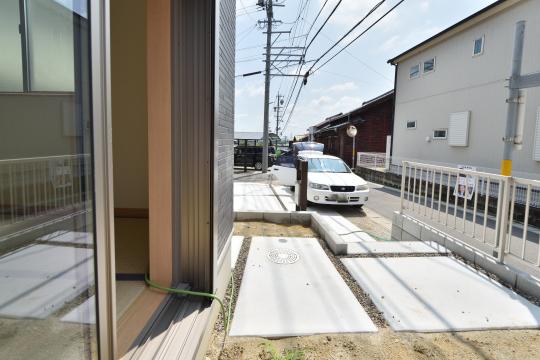 東浦町石浜青木の新築戸建は駐車場から階段4段上がって庭へ行けます