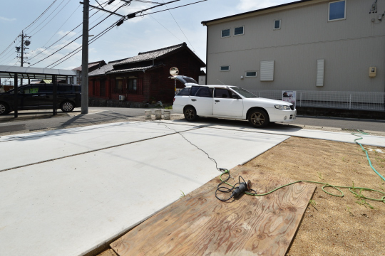 東浦町石浜青木2号棟の駐車場はコンクリート敷きです