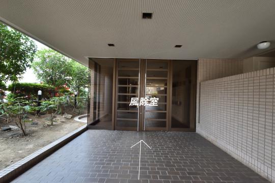 グローリアス刈谷の風除室の扉