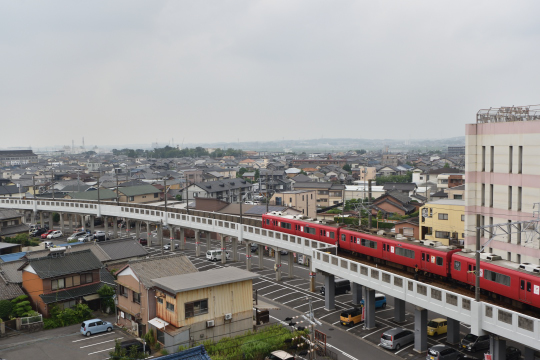 エスポア刈谷から眺めた名鉄三河線を走っている赤い電車