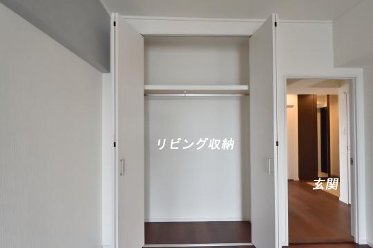 エスポア刈谷のリビング収納の扉を開けました