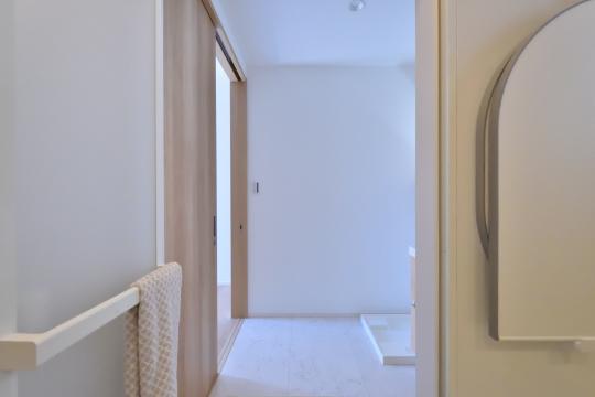 刈谷市大正町4丁目A棟浴室から洗面室を眺めた図
