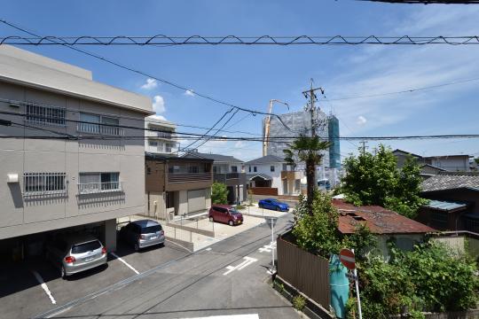 刈谷市大正町4丁目A棟2階バルコニーからプレサンスロジェマンションを眺めます