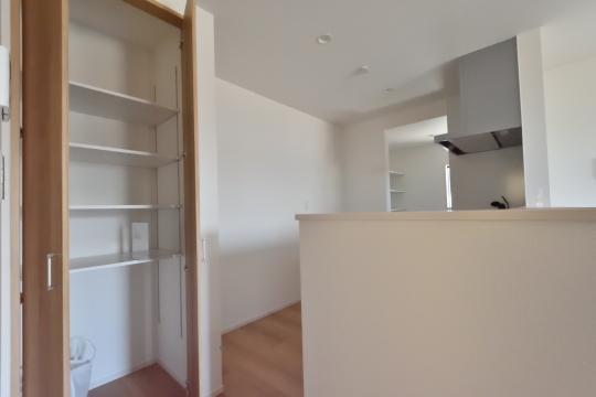 刈谷市大正町4丁目A棟のキッチン後ろの収納扉を開けました