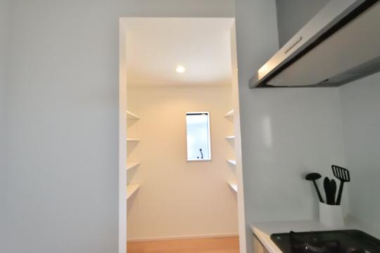 刈谷市大正町4丁目A棟のキッチンパントリーには計8枚の棚が設置されています