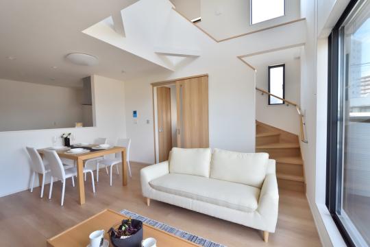 刈谷市大正町4丁目A棟のリビングに置かれた白いソファ