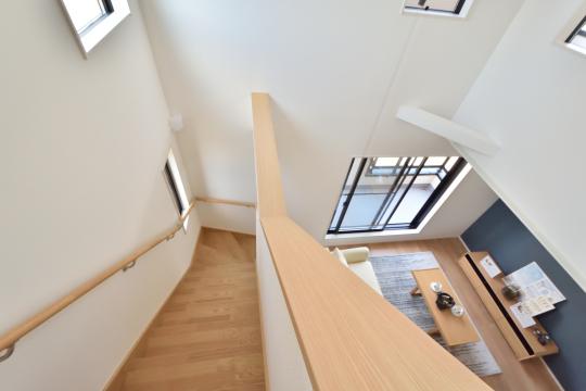 刈谷市大正町4丁目A棟のリビング階段を上がって3階へ