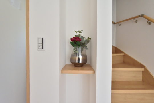 刈谷市大正町4丁目A棟玄関の飾り棚の上に花瓶