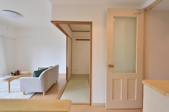 フレストスクエア刈谷逢妻のキッチンから和室を眺めた図