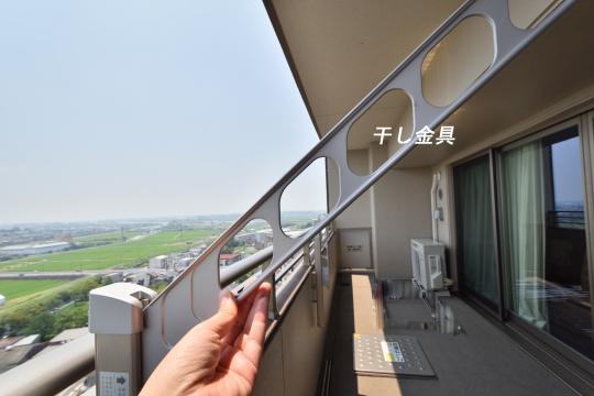 カルティア刈谷松坂のバルコニーに設置された干し金具。