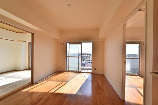 エスポア刈谷504号室の和室とリビングと洋室が並んでいます