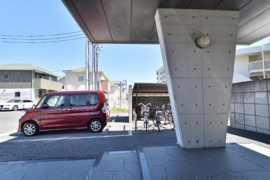 ソシアルセイワ知立弘法のコンクリート打ちっぱなしの玄関